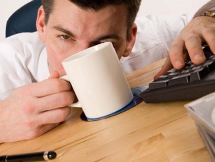 גבר קפה ומקלדת (צילום: istockphoto)
