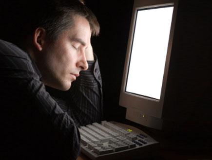 ישן על מחשב (צילום: efenzi, Istock)