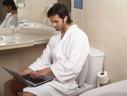 גבר בשירותים (צילום: jupiter images)