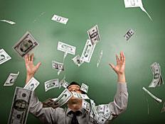 זורק כסף באוויר (צילום: istockphoto)