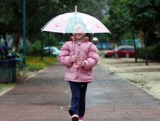 ילדה בגשם (צילום: עודד קרני)