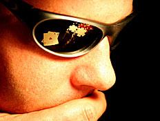 קלפים משתקפים במשקפי שמש (צילום: spxChrome, Istock)
