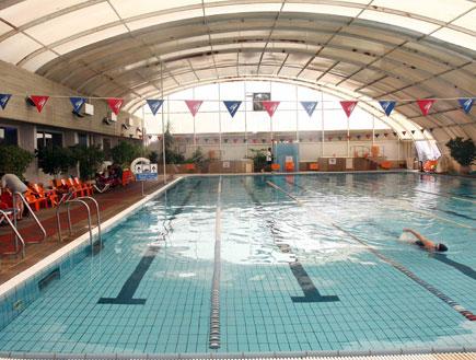 בריכת שחייה מקורה (צילום: עודד קרני)