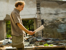 איש והריסות בניין (צילום: proxyminder, Istock)