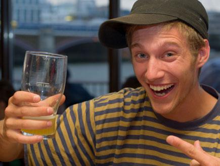 בחור שיכור (צילום: agmit, Istock)