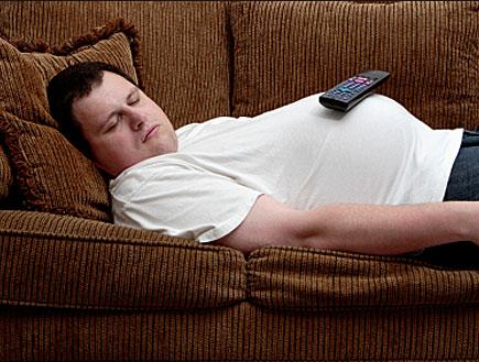 גבר ישן על ספה (צילום: Spauln, Istock)
