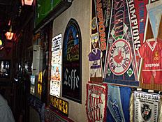 דגלים של קבוצת כדורגל ופרסומת ללף