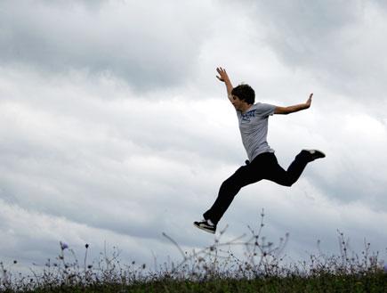 גבר ניו אייג'י-גבר קופץ ברקע של עננים (צילום: stock_xchng)