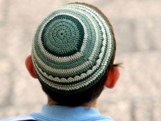 ילד עם כיפה סרוגה ירוקה