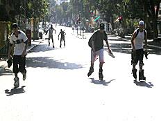 """רוכבים על סקייטים בכביש (צילום: יח""""צ)"""