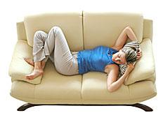 אישה ישנה על ספה (צילום: stock_xchng)