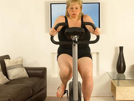 אישה על אופני כושר (צילום: jupiter images)