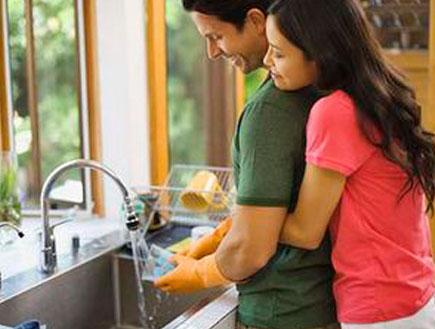 זוג עושים כלים (צילום: jupiter images)