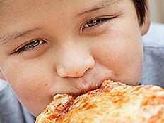 ילד אוכל פיצה (צילום: Michael Krinke, Istock)