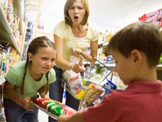 ילדים רבים על שקית אוכל ואישה צועקת ברקע (צילום: jupiter images)