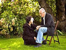 איש מבוגר יושב מחזיק את ידה של אישה (צילום: jupiter images)