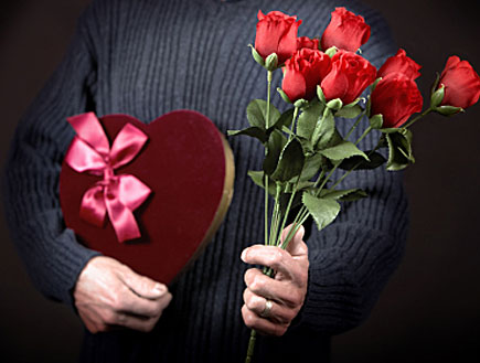 פרחים ושוקולדים (צילום: istockphoto)