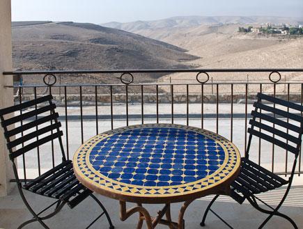 שני כסאות ושולחן במרספת במלון יהלים (צילום: עדי רם)