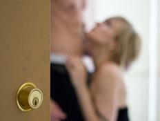 הצצה על זוג דרך דלת (צילום: Daniel Ha, Istock)