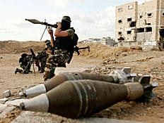 חמושים מהג'יהאד האיסלאמי מתכוננים לירי מרגמות (צילום: רויטרס, רויטרס1)