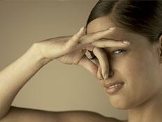 אישה סותמת אף (צילום: jupiter images)