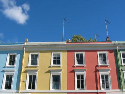 בתים צבעוניים ושמיים כחוילם (צילום: istockphoto)