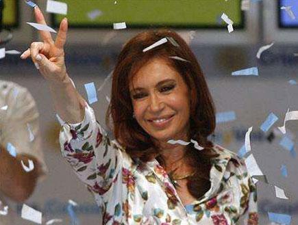כריסטינה פרננדז עושה וי (צילום: Reuters)