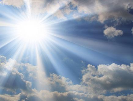 מדריך הארה-אור וקרני השמש מציצים מהעננים (צילום: pepsizi, Istock)