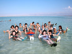 עובדי חברת ניקן היפנית בים המלח בזמן חופשתם בישראל (צילום: הילה רוטברג )
