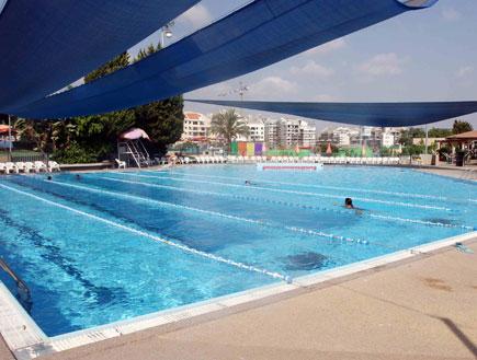 בריכת שחייה (צילום: עודד קרני)