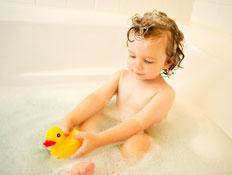 ילד קטן באמבטית קצף משחק עם ברווז (צילום: jupiter images)