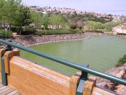 מבט על על אגם מונפורט (צילום: איל שפירא)