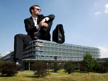 גבר גדול על בניין (צילום: TommL, Istock)