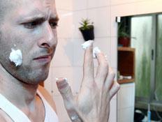 גבר נגעל מקרם פנים