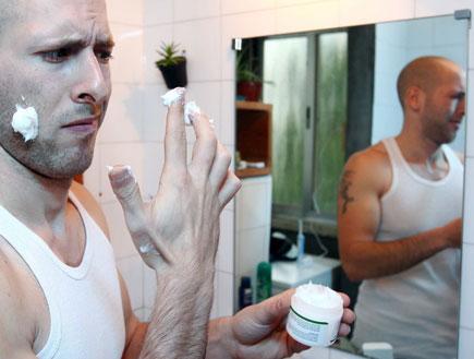 גבר נגעל מקרם פנים (צילום: עודד קרני)