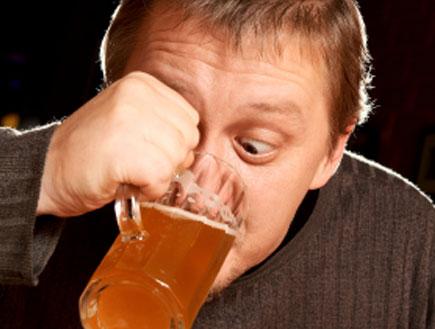 שותה בירה (צילום: Gorbunov Evgenij, Istock)