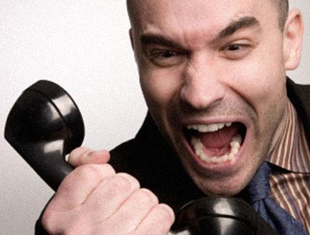 גבר צועק לטלפון (צילום: Joan Vicent Cantó Roig, Istock)