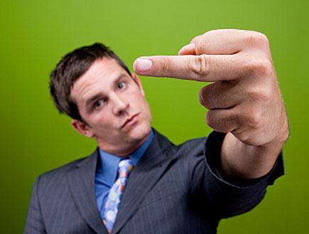 גבר עושה אצבע משולשת (צילום: istockphoto)