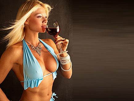 בחורה סקסית שותה יין (צילום: istockphoto)