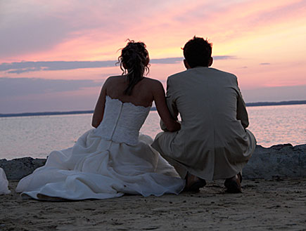 זוג בחתונה מול שקיעה (צילום: stock_xchng)