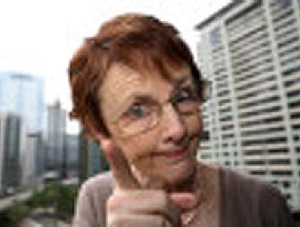 אישה מבוגרת מצביעה למצלמה (צילום: jupiter images)