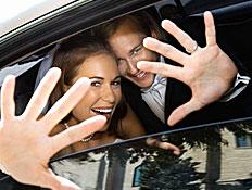 חתן כלה ברכב מסתתרים מאחורי הידיים (צילום: jupiter images)