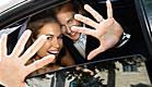 חתן כלה ברכב מסתתרים מאחורי הידיים