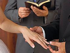 טקס ענידת טבעת (צילום: jupiter images)