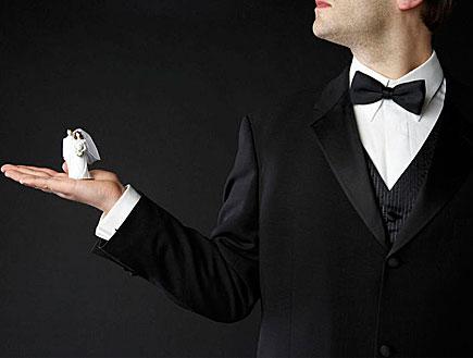 חתן מחזיק בובת חתן כלה (צילום: jupiter images)