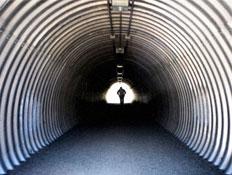 גבר ניו אייג'י-חופש-מנהרה ארוכה ובקצה אדם