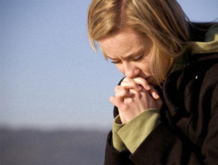 יהיה בסדר-אישה בלונדיני מחזיקה ידיים כמו מתפללת (צילום: Peter Brutsch, Istock)