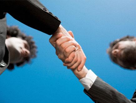 גבר ניו אייג'י-מעגלי גברים-2 גברים לוחצים ידיים (צילום: ZoneCreative, Istock)