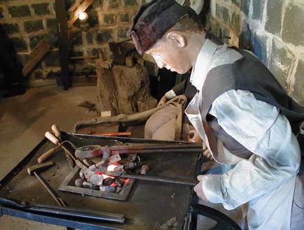 פסל של נפח במוזיאון המושבה בכפר תבור (צילום: איל שפירא)