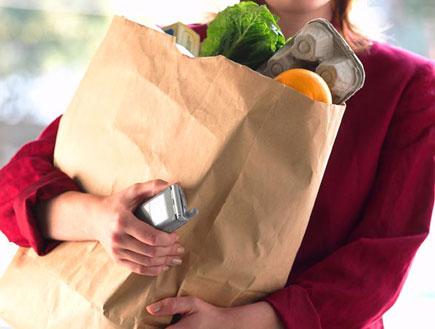 אישה מחזיקה שקית מצרכים (צילום: SXC)